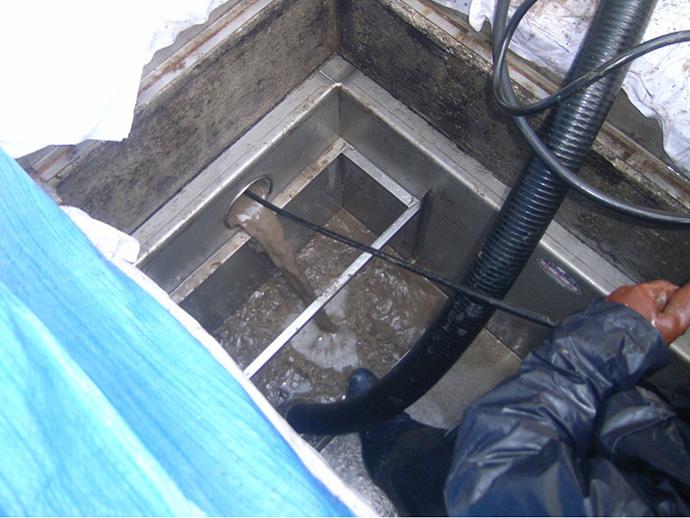 グリストラップ(油水分離阻集器)清掃工事
